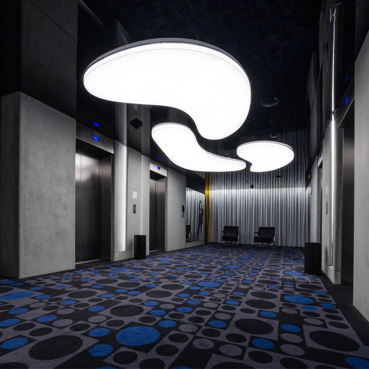 hotel renaissance Warszawa sufity napinane nadają nowoczesny wygląd powierzchni